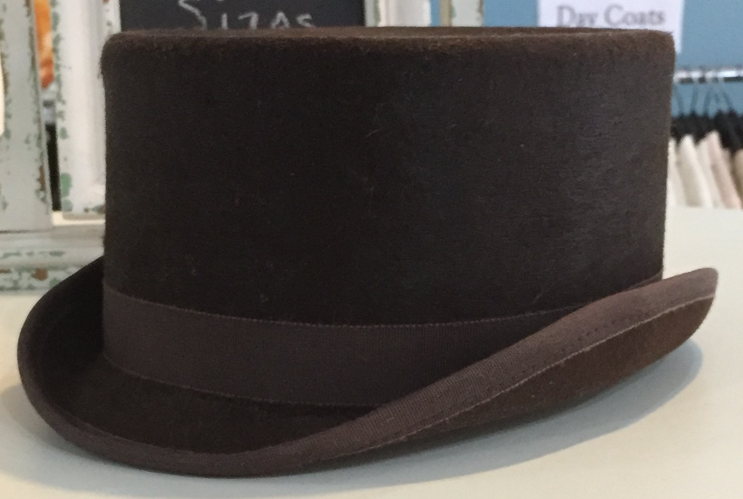 Roni Brown Silk Top Hat Size 7 1 8 (Measures approx. 21 7 8